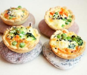 Trapios tešlos mini pyragėliai su daržovėmis ir lašiša